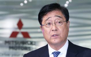 三菱自動車の臨時取締役会を終え、決議について説明する益子修CEO(26日午後、東京都港区)