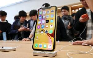 発売された「iPhone XR」(10月、東京都渋谷区のアップル渋谷)