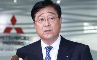 三菱自動車の臨時取締役会を終え、決議について説明する益子修CEO(26日、東京都港区)