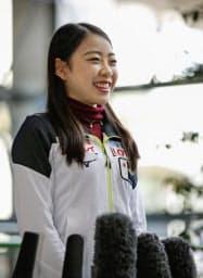 フィギュアスケートのフランス杯を終えて帰国し、笑顔で取材に応じる紀平梨花(27日、関西空港)=共同