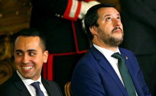 支持率の上昇を追い風にサルビーニ氏(右)の発言力が増し、ディ・マイオ氏は危機感を抱いている=ロイター