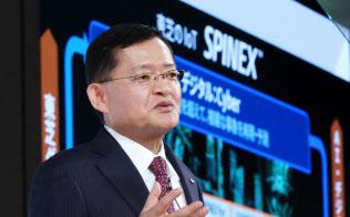 中期経営計画を発表する東芝の車谷暢昭会長兼CEO(8日、東京・港)