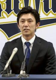 契約更改を終え、記者会見するオリックスの増井(27日、大阪市)=共同