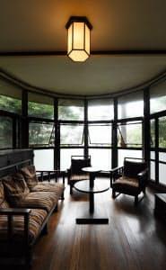 邸内には設計者の本野精吾が自らデザインした家具がそのまま残る