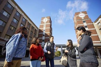 多国籍な学生が懇談する立命館APUのキャンパス(大分県別府市)