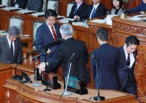 入管法改正案を採決する衆院本会議で、投票する安倍首相と山下法相(右)(27日夜)