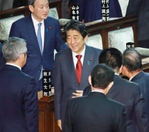 衆院本会議で入管法改正案が可決し、笑顔を見せた安倍首相(27日夜)