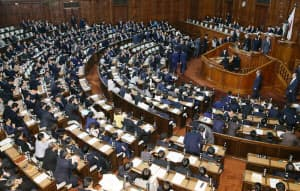 入管法改正案を採決する衆院本会議(27日夜)