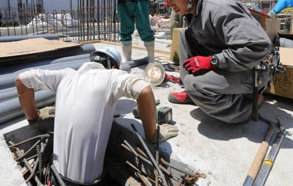 建設現場で働くベトナム人の技能実習生(都内)