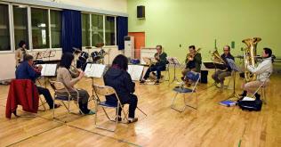 練習を再開した厚真町民吹奏楽団(27日夜、北海道厚真町)=共同