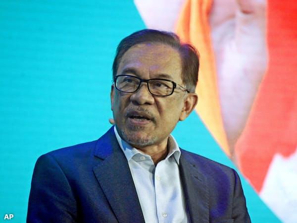 マハティール首相が禅譲を約束するアンワル氏。ゴールドマンは1MDBの主幹事手数料を超える額をマレーシアに賠償すべきだと主張する=AP