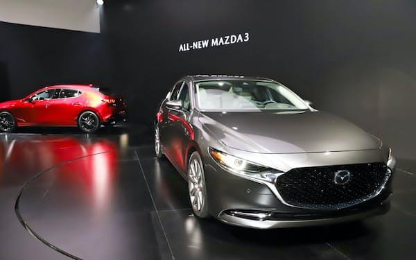 発表された新型車「マツダ3」(27日、米ロサンゼルス)=今井拓也撮影