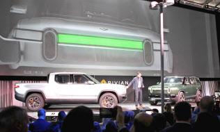 小型トラックのEVなどが披露された(27日、米ロサンゼルス自動車ショー会場)