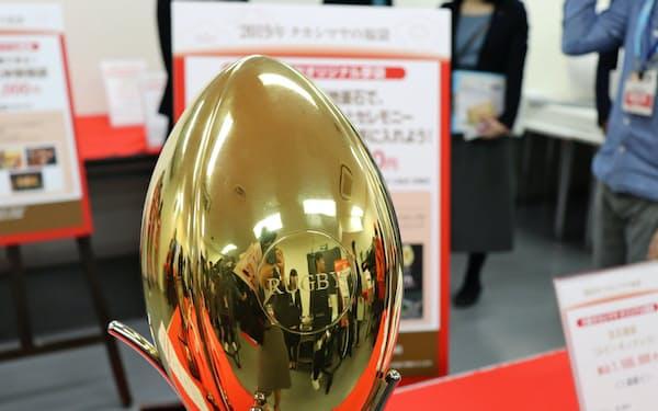 高島屋はW杯の試合会場で黄金のラグビーボールを手渡す(3100万円)
