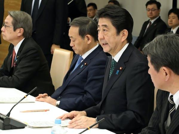 経済財政諮問会議であいさつする安倍首相(11月20日、首相官邸)