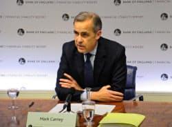 記者会見する英イングランド銀行のカーニー総裁(28日、ロンドン)