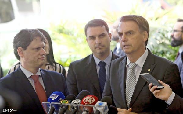 ブラジルのボルソナロ次期大統領(右)は地球温暖化に懐疑的な姿勢で知られる(27日、ブラジリア)=ロイター