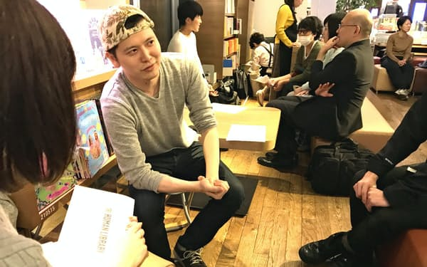 ヒューマンライブラリーで脳脊髄液減少症の経験を語る重光喬之さん=左から2人目(11月8日、東京都渋谷区)