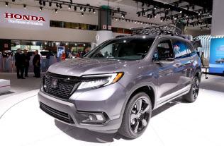 ロサンゼルス自動車ショーで披露されたホンダの新型SUV「パスポート」(28日、米ロサンゼルス)=今井拓也撮影