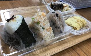 左からこんぶ、鮭とクレソンのおむすび、赤飯にぎりとお惣菜