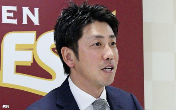 契約更改を終え、記者会見する楽天・藤田(29日、仙台市の球団事務所)=共同