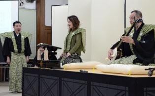 義太夫節の語りを指導する竹本織太夫(左)