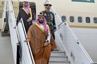 28日、ブエノスアイレスの空港に到着したサウジアラビアのムハンマド皇太子(手前)=ロイター