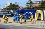 福岡県警は化学物質によるテロや被害者の救出を想定した訓練を実施した(29日、北九州市小倉北区)