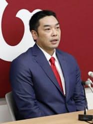 契約更改を終え、記者会見に臨む巨人・阿部(29日、東京都内の球団事務所)=共同