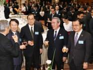 関西経済人・エコノミスト会議の懇親会で談笑する関西経済連合会の松本正義会長(右から2人目)ら(29日、大阪市北区)