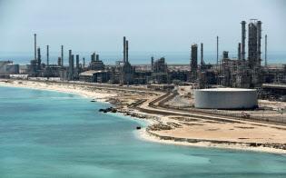 サウジアラビアの原油ターミナルと精製施設=ロイター