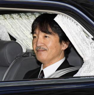 皇居に入られる秋篠宮さま(30日午前、半蔵門)=共同