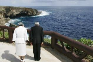 サイパンのバンザイクリフの崖を訪れ黙礼する天皇、皇后両陛下(2005年6月)