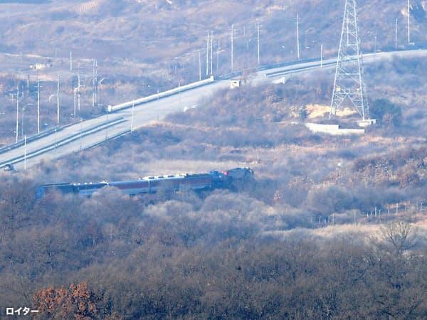 11月30日、韓国調査団を乗せた列車が北朝鮮に向かった=ロイター