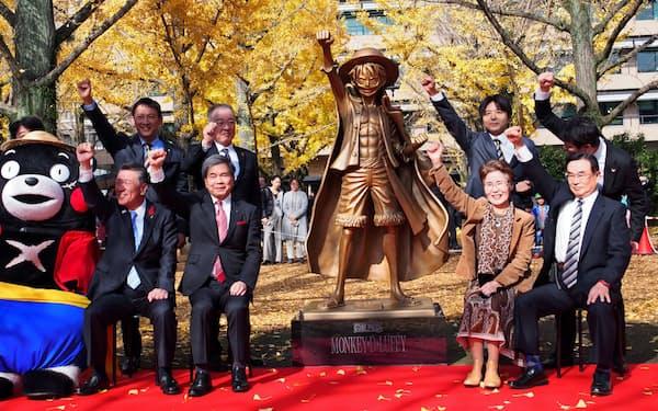 熊本県庁前で開かれた「ONE PIECE」のルフィ像の除幕式(30日、熊本市)