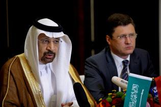 サウジアラビアのファリハ・エネルギー産業鉱物資源相(左)とロシアのノワク・エネルギー相には減産への姿勢で温度差がある=ロイター