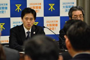 大阪市万博推進連絡会議であいさつする吉村市長(30日、大阪市役所)