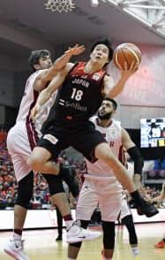 日本―カタール 第1クオーター、ゴールを狙う馬場(30日、富山市総合体育館)=共同