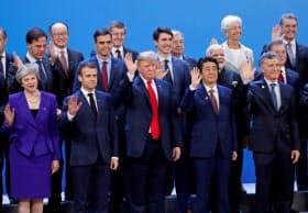 G20に出席した安倍首相(前列右から2人目)とマクロン仏大統領(同4人目)=11月30日、ブエノスアイレス(ロイター)