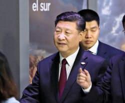 30日、ブエノスアイレスのG20の会場に到着した中国の習近平国家主席(左)=共同