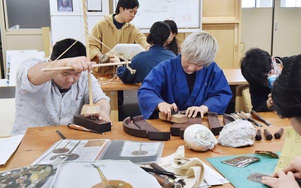 試行錯誤しながら「宝物」を一から制作する学生(京都市)