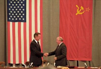旧ソ連のゴルバチョフ共産党書記長(当時)と握手するブッシュ元大統領=ロイター
