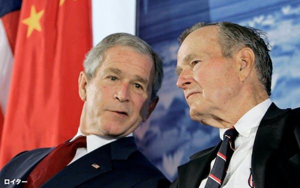 長男のジョージ・W・ブッシュ氏(左)とともに、父子で米国の頂点を極めた=ロイター