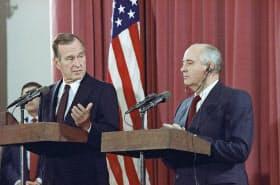 1991年、ソ連のゴルバチョフ大統領(右)と記者会見に応じるブッシュ氏=AP