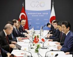 トルコのエルドアン大統領(左端)と会談する安倍首相(右端)(1日、ブエノスアイレス)=共同