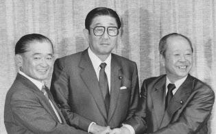共同記者会見後に握手する、左から竹下、安倍、宮沢の三候補(自民党本部で)