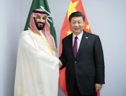 会談で、サウジアラビアのムハンマド皇太子と握手する中国の習近平国家主席(1日、ブエノスアイレス)=新華社・AP