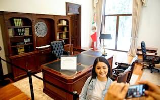 一般公開された大統領官邸で記念写真を撮る市民(1日、メキシコシティ)=ロイター