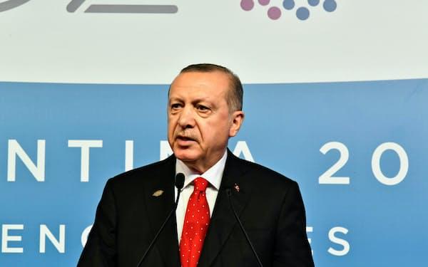 1日、G20首脳会議を終え記者会見を開くトルコのエルドアン大統領(ブエノスアイレス)