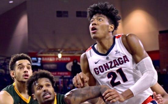 八村(右)は強豪ゴンザガ大で3年目を迎え、中心選手に成長(11月26日、ワシントン州スポケーン)